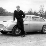 Sean Connery insieme all'Aston Martin DB5 sul set