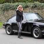 Kate Moss a fianco della sua Porsche vintage nera