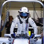 Susie Wolff mentre sale a bordo della Williams