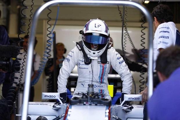 Susie Wolff mentre sale a bordo della Williams