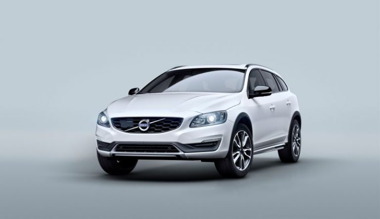 Nuova Volvo V60 Cross Country: station wagon con lo stile da SUV