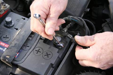 scollegare la batteria in caso di lungo viaggio