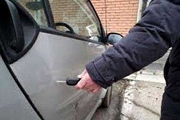 auto rigata quando è parcheggiata