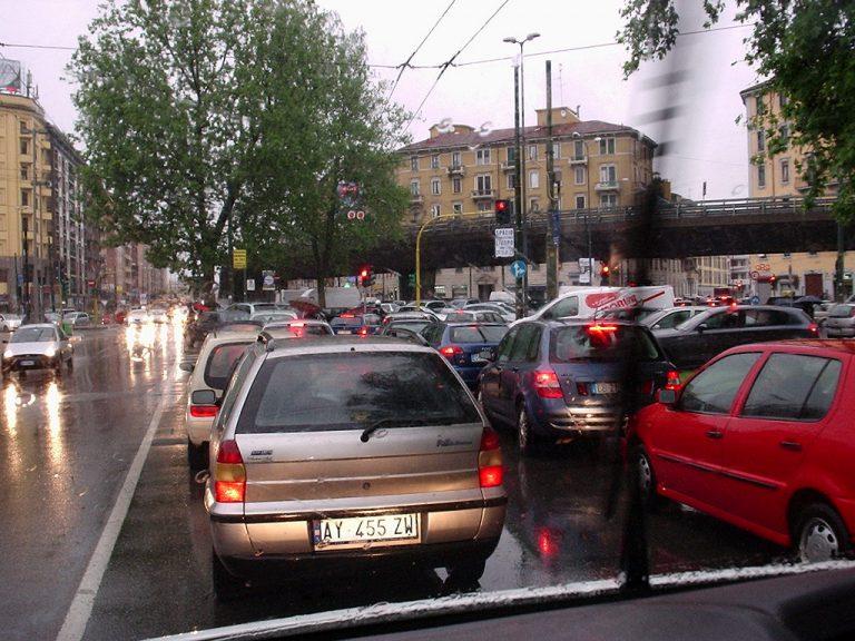 Nuovo piano del traffico Milano: più moto e meno auto in centro, ma non mancano le polemiche