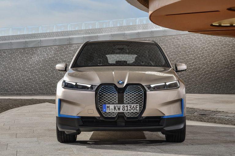 Bmw iX, nuovo suv elettrico con 600 chilometri di autonomia: dimensioni motori e interni
